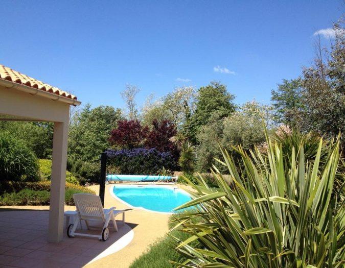Poolvillavendee Villa La Dolce Vita Les Jardins des Sables d'Olonne Vendee Frankrijk Zwembad vanaf zijkant villa
